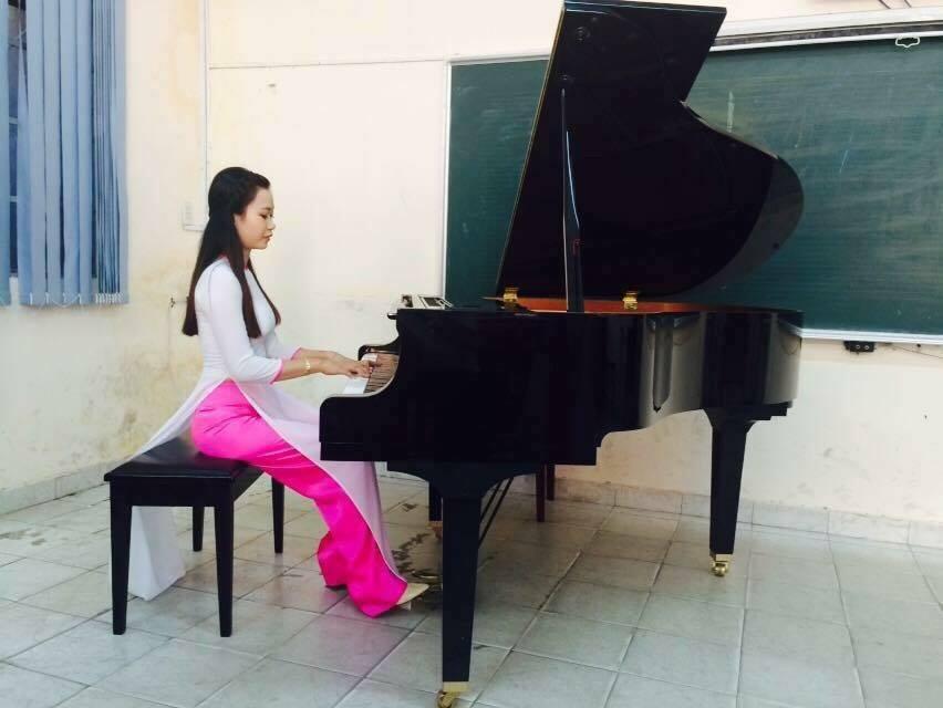 Cô Nhi giáo viên Piano